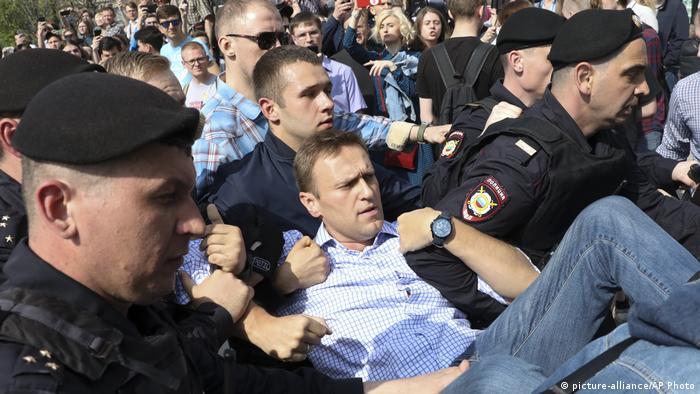 صورة تعود للعام 2018 تظهر الشرطة الروسية تعتقل المعارض أليكسي نافالني