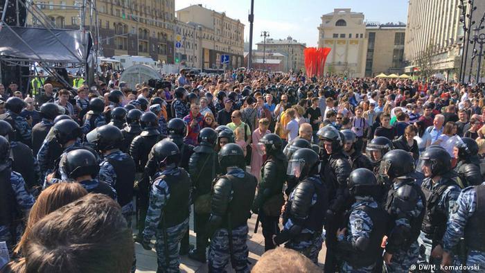 ОМОН неодноразово заходив у натовп, щоб затримати учасників з плакатами