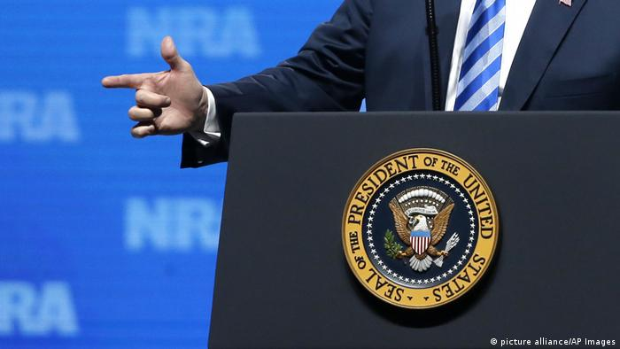 Die rechte Hand des US-Präsidenten während einer Rede auf dem Kongress der National Rifle Association 2018 in Dallas (Foto: picture alliance/AP Images)