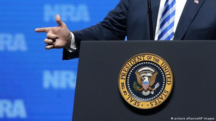 Mão de Trump em forma de pistola, durante discurso em convenção da NRA