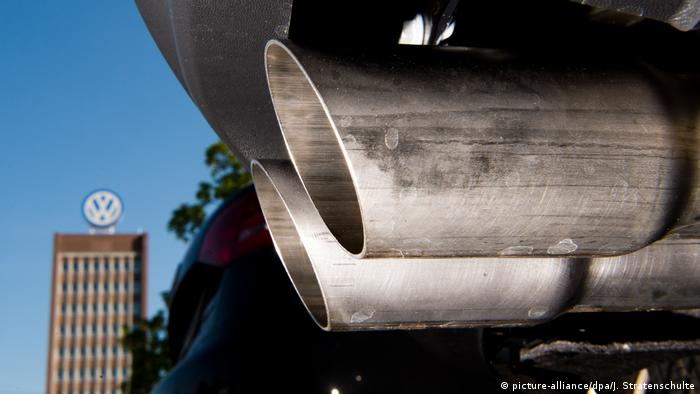 VW car exhaust pipe (picture-alliance/dpa/J. Stratenschulte)