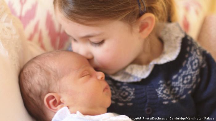 O príncipe Louis, o terceiro filho do príncipe William e Kate Middleton, aparece junto à irmã, a princesa Charlotte