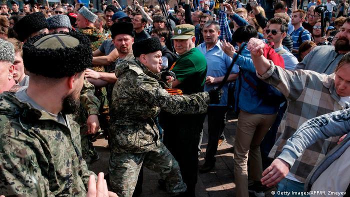 Мужчины в казачьей форме избивают демонстрантов в Москве, 5 мая 2018 года