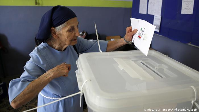 A nun voting (picture-alliance/AP Photo/B. Hussein)