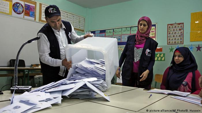 El movimiento chiita libanés Hizbolá y sus aliados podrían hacerse con más de la mitad de los escaños del Parlamento, según los resultados preliminares no oficiales de las elecciones celebradas el domingo en Líbano. (7.05.2018).