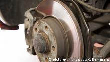 Reifenwechsel in der Autowerkstatt (picture-alliance/dpa/K. Remmers)