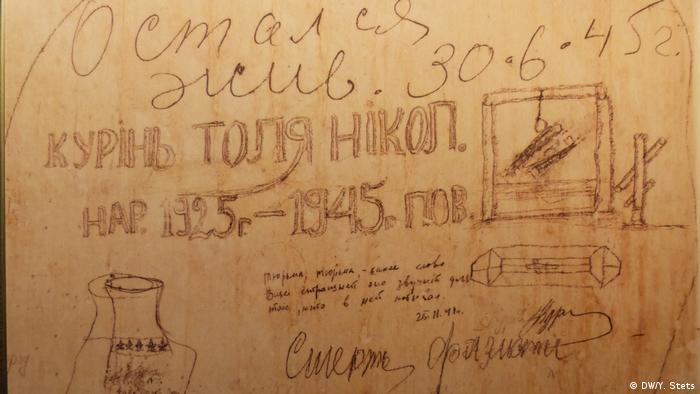 Українські написи на стінах камер У камерах будинку EL-DE нарахували близько 1800 написів і малюнків, що в'язні зробили олівцем, крейдою, вугіллям, надряпали цвяхами або нігтями. Понад 600 написів у камерах гестапо зроблені українцями та росіянами. Дослідники стверджують, написів було більше, адже в'язницю перебудовували у 1943 році, стіни фарбували.