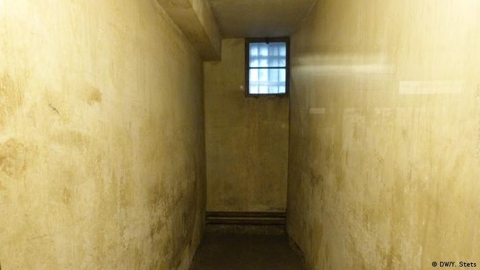 Катування в гестапівській в'язниці Камери в будинку EL-DE були розраховані на одну-дві людини, однак насправді в них тримували значно більше в'язнів, особливо наприкінці війни. Навіть гестапо заявляло, що камери перевантажені у вісім-дванадцять разів. Розповідають, що крики в'язнів, яких катували в підвалах цього будинку, можна було почути навіть на вулиці. Допити могли тривати тижні і навіть місяці.