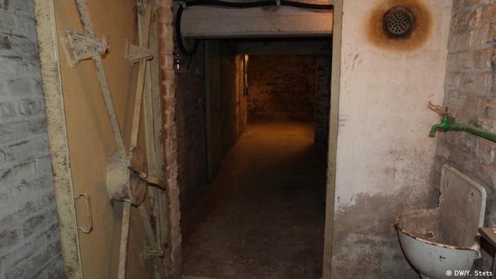 Під контролем гестапо У третьому рейху гестапо контролювало примусових робітників, військовополонених, в'язнів концтаборів. Для залякування примусових робітників, гестапо на околиці міста проводили публічні страти робітників які порушили їхні вказівки. Людей арештовували, багато хто після допиту в будинку EL-DE був страчений.