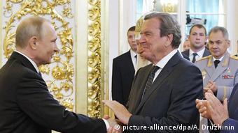 Οι παλιές φιλίες δεν κρύβονται. Χειραψία με τον πρώην καγκελάριο της Γερμανίας Γκέρχαρντ Σρέντερ