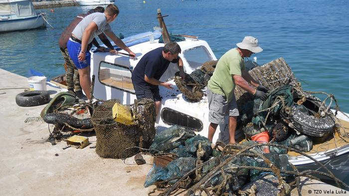 Kaže se da si kad uroniš prst u more, povezan s cijelim svijetom. Na žalost, i sa smećem cijeloga svijeta. Ali smeće u hrvatsko more ne dolazi samo iz inozemstva. U Turističkoj zajednici Vele Luke su nam ogorčeno rekli da prije svakog ljeta s morskog dna u gradskoj luci izvuku tri kamiona smeća koje u more bacaju uglavnom oni koji od mora žive - ribari.