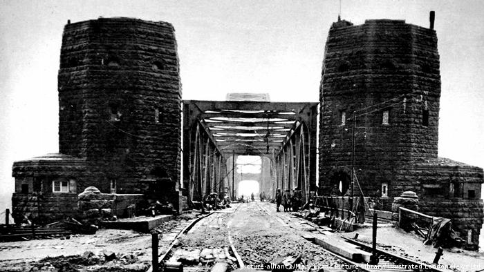 The bridge of Remagen (circa. 1945) (picture-alliance/Mary Evans Picture Library/ Illustrated London News Ltd)