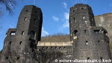 Die mächtigen Türme der Ludendorff Brücke vor der östlichen Tunnelzufahrt in Erpel Die Brücke von Remagen   Verwendung weltweit