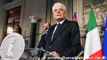 7.5.2018*** 07.05.2018, Italien, Rom:Sergio Mattarella (r) spricht bei einer Pressekonferenz im Quirinalspalast. Zwei Monate nach der Wahl in Italien versucht Staatspräsident Mattarella erneut, den Gordischen Knoten bei der Regierungsbildung zu durchschlagen. Am 07.05.2018 standen bis zum Abend Gespräche mit allen parlamentarischen Gruppen an. Foto: Ettore Ferrari/ANSA/dpa +++(c) dpa - Bildfunk+++ |