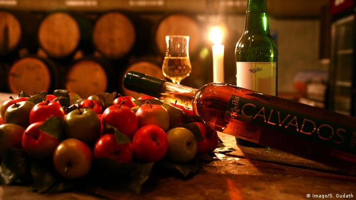 Apples and bottle of Calvados (Imago/S. Gudath)