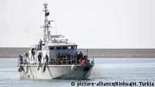 06.05.2018, Libyen, Tripolis:Gerettete Migranten erreichen auf einem Schiff der Marine die Marinebasis im Hafen der libyschen Hauptstadt. Die Küstenwache von Libyen hat am 06.05.2018 mehrere hundert Migranten aus verschiedenen afrikanischen Ländern gerettet. Die illegalen Migranten wurden in drei separaten Einsätzen vor der Westküste Libyens gerettet. Foto: Hamza Turkia/Xinhua/dpa +++(c) dpa - Bildfunk+++  