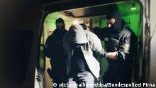 HANDOUT - 07.05.2018, Hamburg: Polizisten führen einen Verdächtigen ab, der im Rahmen einer Razzia vorläufig festgenommen wurde. Die Bundespolizei hat mit rund 800 Beamten Wohnungen und Büros in Nord- und Mitteldeutschland durchsucht. Hintergrund ist der Verdacht des banden- und gewerbsmäßigen Einschleusens von Ausländern. (zu dpa Große Schleuserrazzia inNord- und Mitteldeutschland vom 08.05.2018 - ACHTUNG:Beste verfügbare Qualität) Foto: Bundespolizei Pirna/dpa - ACHTUNG: Nur zur redaktionellen Verwendung im Zusammenhang mit der aktuellen Berichterstattung und nur mit vollständiger Nennung des vorstehenden Credits +++(c) dpa - Bildfunk+++ |