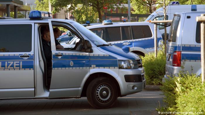 Полицейские микроавтобусы на улице Бонна