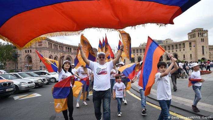 Сторонники Пашиняна в Ереване (фото из архива)