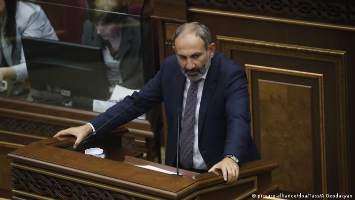 El Parlamento armenio eligió al líder opositor Nikol Pashinián como nuevo jefe de Estado del país este martes.El nuevo jefe de Gobierno había liderado desde mediados de abril protestas callejeras pacíficas contra la corrupción y el nepotismo, bautizadas como la revolución de terciopelo, que forzaron la dimisión del primer ministro Serzh Sargsián. (8.05.2018).