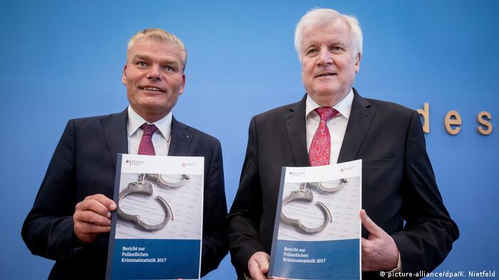 Horst Seehofer presents crime figures in Germany for 2017 (picture-alliance/dpa/K. Nietfeld)