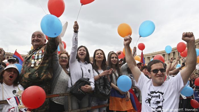 Протестующие в Ереване празднуют назначение Пашиняна премьер-министром Армении