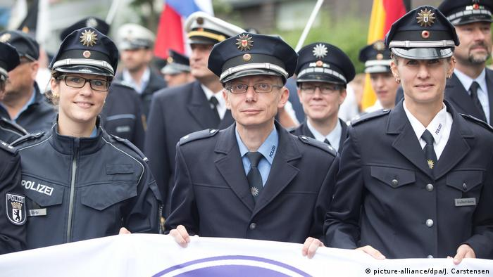 Brandenburg state Police Commissioner Marco Klingberg and others march (picture-alliance/dpa/J. Carstensen)