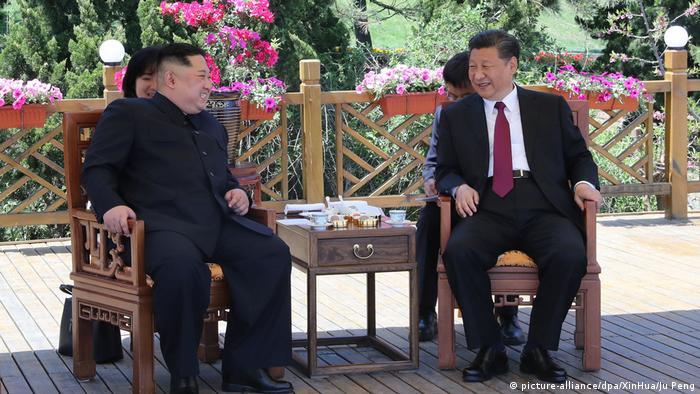 China Ministerpräsident Xi Jinping emfängt norkoreanischer Präsident Kim Jong Un (picture-alliance/dpa/XinHua/Ju Peng)