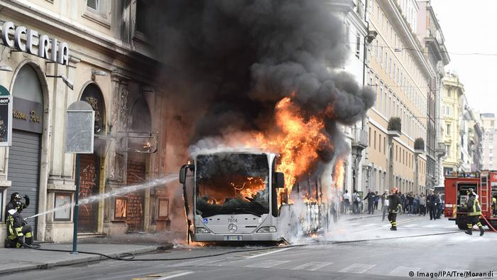 A public transport bus burns in Rome (Imago/IPA/Tre/Morandi)