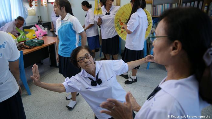 Zurück zur Schule für Thailands ältere Menschen (Reuters/A. Perawongmetha)