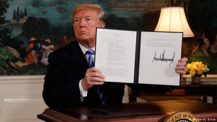 President Donald Trump hält 2018 eine präsidiale Erklärung zum Austritt aus dem Atomabkommen mit Iran in die Kameras