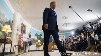 Trump kroči u Bijeloj kući ispred okupljenih novinara (Getty Images/AFP/S. Loeb)