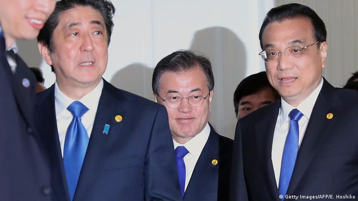 China's Premier Li Keqiang (R), Japanese PM Shinzo Abe and South Korean President Moon Jae-in in Toyko (Getty Images/AFP/E. Hoshiko)
