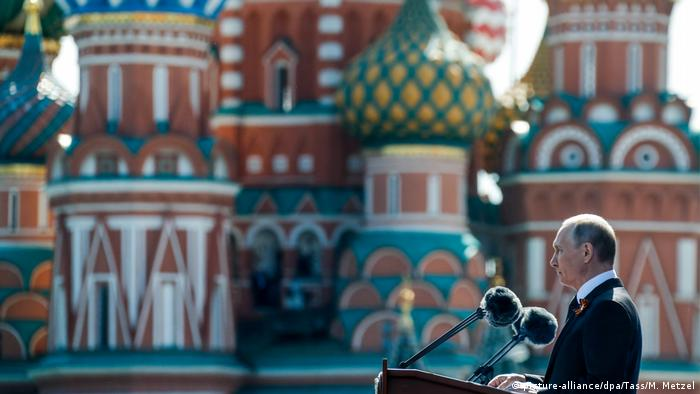 Putin speaks in front of Saint Basil's Cathedral in Red Square (picture-alliance/dpa/Tass/M. Metzel)