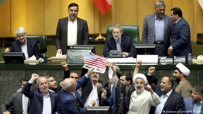 Iranian politicians hold up a paper American flag and chant against the US (picture-alliance/AP Photo)