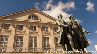 Monumento em homenagem a Goethe e Schiller em frente ao Teatro Nacional Alemão