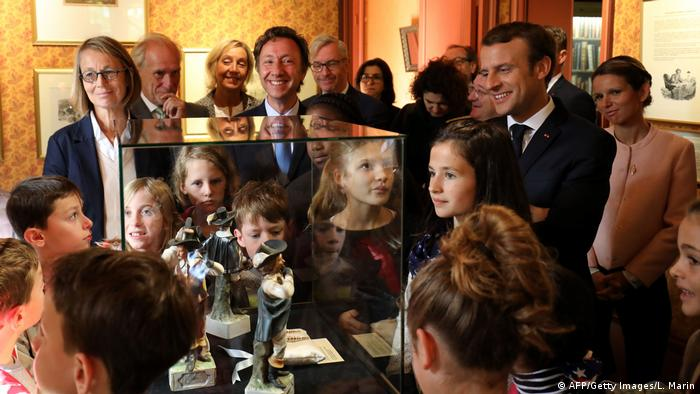 Macron surrounded by schoolchildren in a museum (AFP/Getty Images/L. Marin)