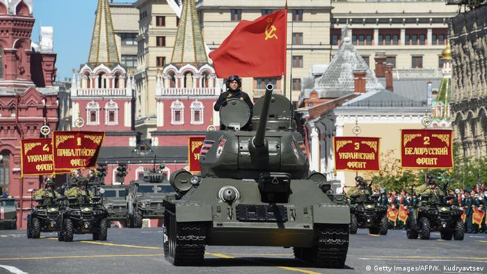 A T-34 flying a Soviet flag rolls through the Red Square (Getty Images/AFP/K. Kudryavtsev)