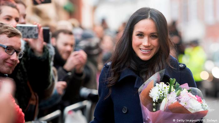 Meghan Markle mit Blumen (Getty Images/AFP/J. Selwyn)