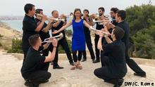 Moderatorin Sarah Willis inmitten von Schülern der Brass Academy Alicante