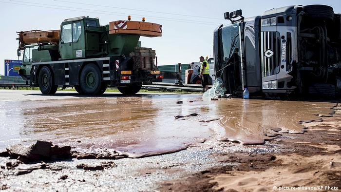 Der umgekippte Lkw liegt auf der Schokoladen überzogenen Autobahn (Foto: picture-alliance)