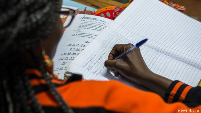 A woman studying Mandarin (DW/E. d. Vries)