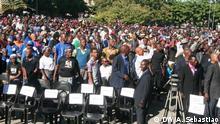 In Mosambik haben am Mittwoch Tausende Menschen Abschied von dem langjährigen Rebellenchef und Oppositionsführer Afonso Dhlakama genommen. Familie und Parteifreunde erinnerten laut Medienberichten bei einer Trauerfeier in Beira an die zentrale Rolle,die der 65-Jährige über Jahrzehnte in der Politik Mosambiks spielte. Auch Präsident Filipe Nyusi würdigte den einstigen Bürgerkriegsgegner. Er hat anhaltende Bemühungen um Aussöhnung zugesichert. Abschiedzeremonie in Beira (Zentrum-Mosambik) Fotograf: Korrespondent Arcénio Sebastião