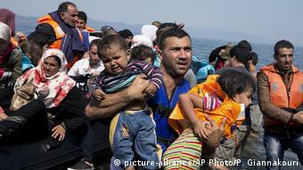 Oι ελληνικές αρχές μεταφέρουν εν τέλει τους πρόσφυγες από τα νησιά στην ηπειρωτική χώρα, από όπου αναχωρούν για την δυτική Ευρώπη, σημειώνει η FAZ.