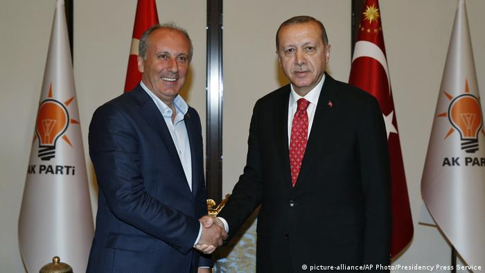 Türkei Muharrem Ince and Erdogan shaking hands (picture-alliance/AP Photo/Presidency Press Service)