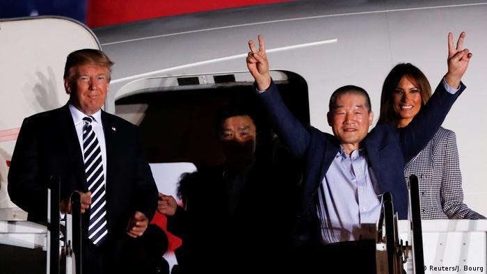Трамп привествует освобожденных граждан США у трапа самолета