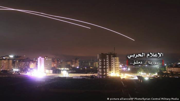 Israeli rockets flying over Damascus, Syria (picture-alliance/AP Photo/Syrian Central Military Media)