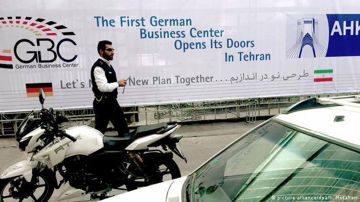 به گزارش اتاق بازرگانی آلمان، ده هزار شرکت آلمانی با ایران رابطه تجاری دارند و ۱۲۰ شرکت این کشور حتی با نیروی کار خود در ایران حضور دارند. آلمان در سال گذشته ۳ و نیم میلیارد یورو به ایران صادرات داشته درحالیکه ارزش صادرات آن به آمریکا بالغ بر ۱۱۱ میلیارد یورو بوده است.