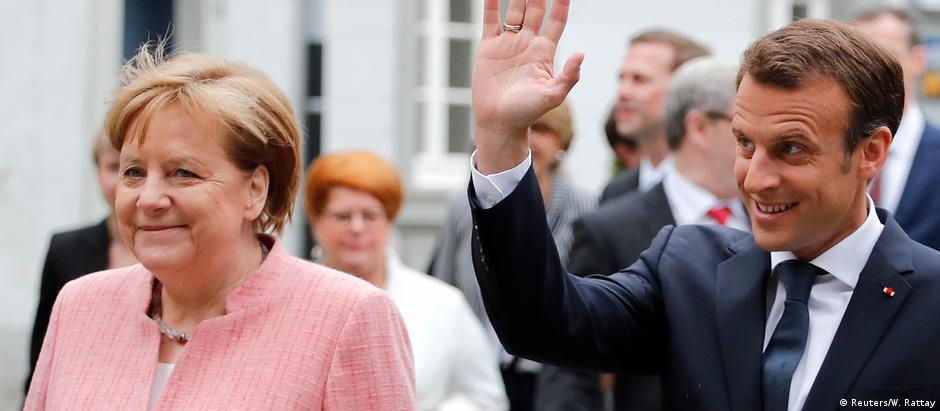 Merkel e Macron durante entrega do prêmio Carlos Magno ao presidente francês, em maio