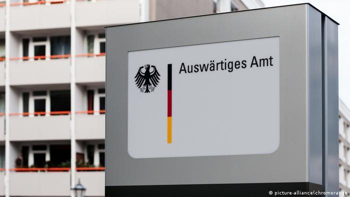 Auswärtiges Amt Hinweisschild in Berlin Mitte (picture-alliance(chromorange)